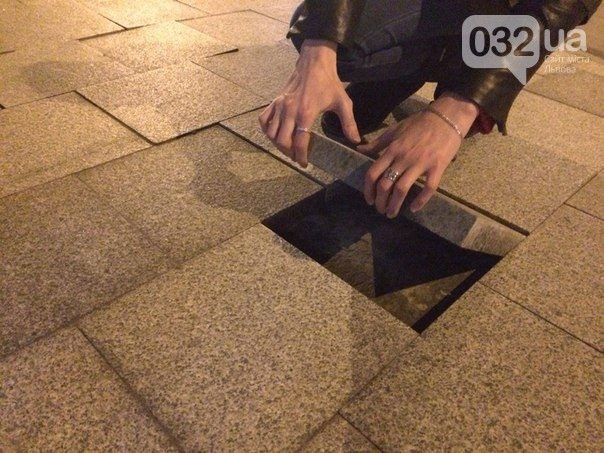 На проспекте Свободы во Львове в очередной раз надо  перекладывать плитку