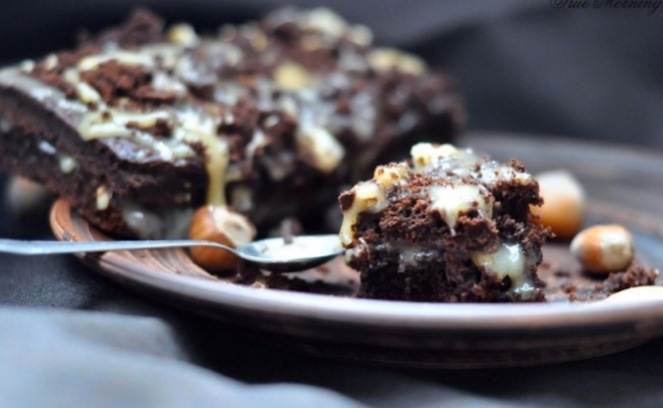 шоколадний десерт з горіхами